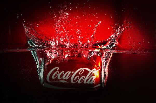 Coca cola tombant dans l'eau