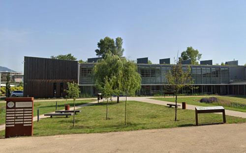 agence web digitale Kodeane, Bureaux Cernay avec parc et ciel bleu